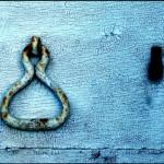 dettaglio di un antico portone con maniglia