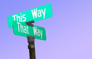 cartello stradale a due direzioni