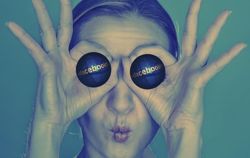 foto di ragazza strana con il simbolo di facebook al posto degli occhi